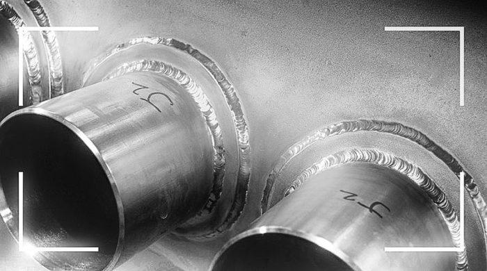 La photographie (à gauche) représente le point de soudure du refroidisseur en cascade, conçu et fabriqué en zirconium par Apex.